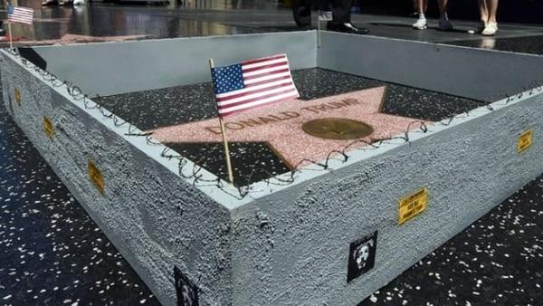 Unmuro rodeando la estrella fue instalado por un artista, en referencia a la promesa migratoria
