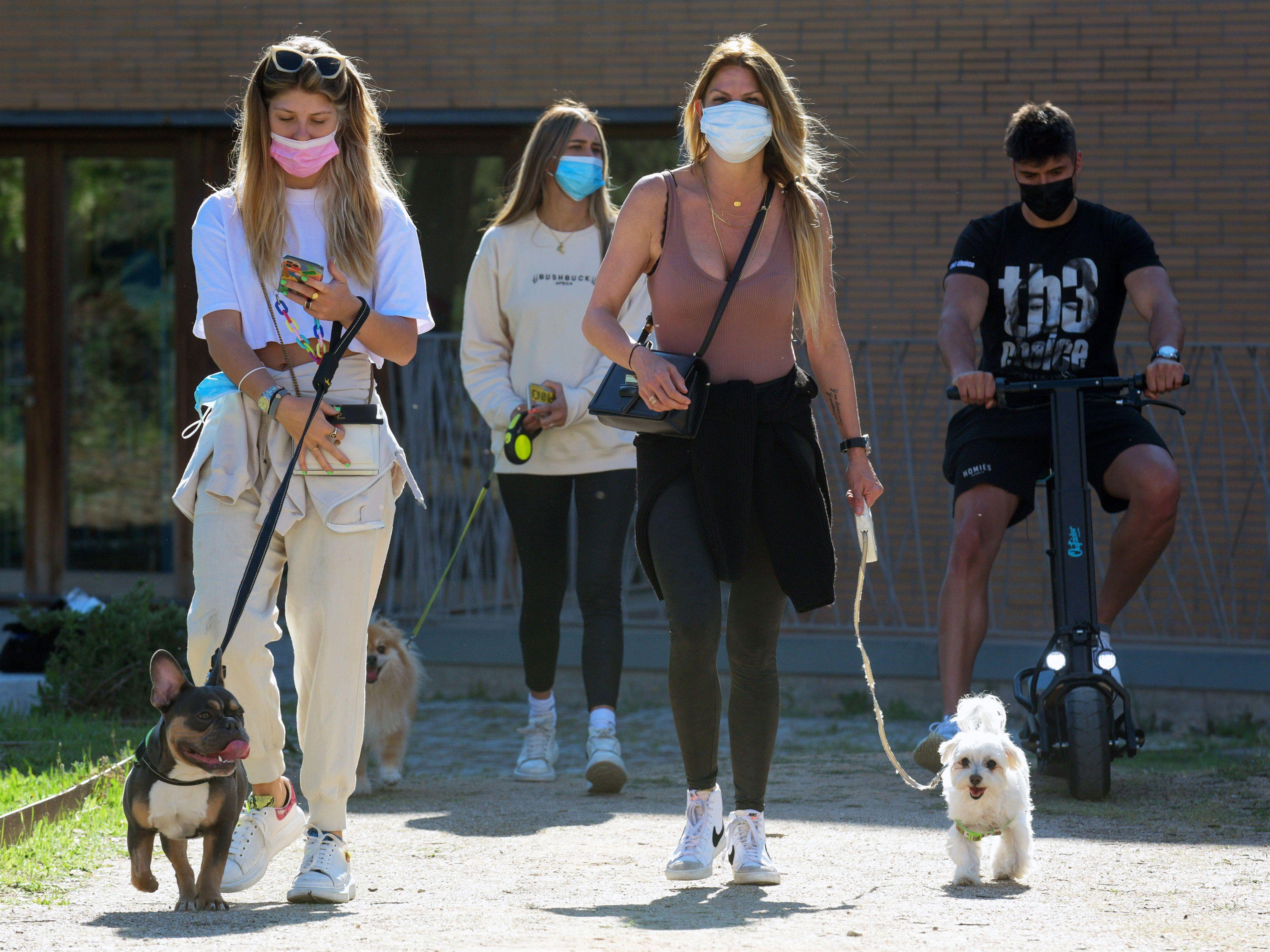 04/05/2021 La familia acudió a votar al completo, perros incluidos EUROPA ESPAÑA SOCIEDAD