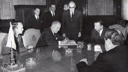El 2 de octubre de 1969, a tan sólo 74 días del histórico alunizaje de la expedición Apolo 11, los astronautas Neil Armstrong y Michael Collins aterrizaron en el Aeroparque metropolitano para realizar una visita fugaz a la Argentina, como parte de una gira continental a la que los envió el gobierno de Estados Unidos. (Télam)