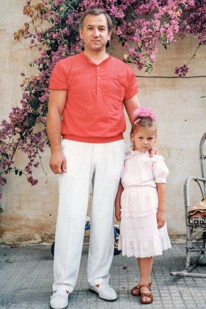 Skripal y su hija Yulia en la década de 1980. (Archivo familia Skripal/New York Times)