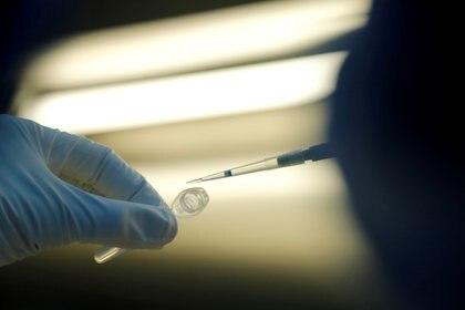 """""""En este momento no hay datos publicados sobre los ensayos clínicos que permitan opinar sobre la eficacia y seguridad de esta vacuna"""" (REUTERS)"""