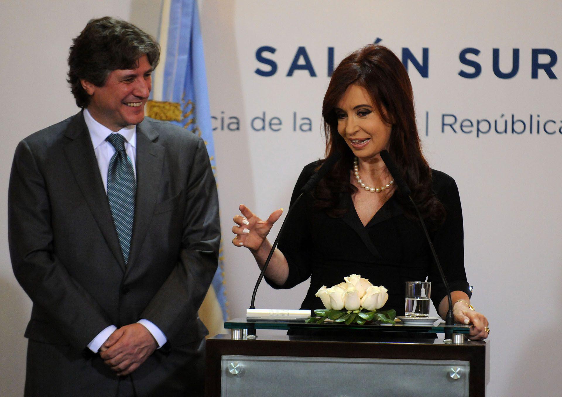 El gobierno de Cristina Kircher, solicitó en 2009, por medio de su ministrode Economía de entonces, Amado Boudou, dinero del FMI para reducir su déficit