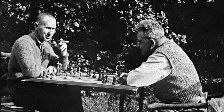 Bertolt Brecht y Walter Benjamin jugando al ajedrez, Dinamarca, 1934
