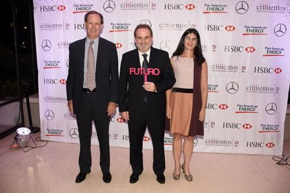Miguel Blaquier y Agustina Cavanagh junto a Max Gulmanelli, secretario de Gestión Educativa de la Nación