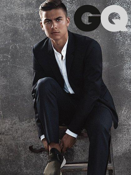 Paulo Dybala en GQ, la revista masculina más vendida del mundo. Jugando con un look elegante-sport con un smoking y zapatillas deportivas