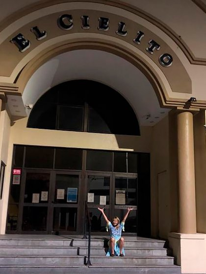 Solita, en la puerta del teatro El Cielito  (@soledad_solita_silveyra)