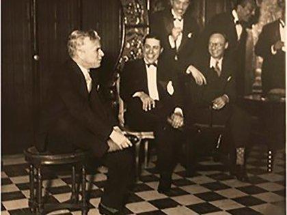 Sadie Baron Wakefield, junto a Charles Chaplin y Carlos Gardel en Niza. Se cree que esa reunión fue el festejo de cumpleaños del genial comediante.