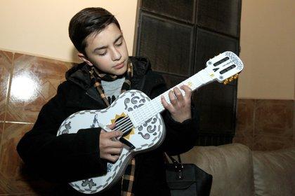 Luis Angel Jaramillo con su guitarra antes de una exhibición en Villa Hidalgo en Jalisco (AFP)