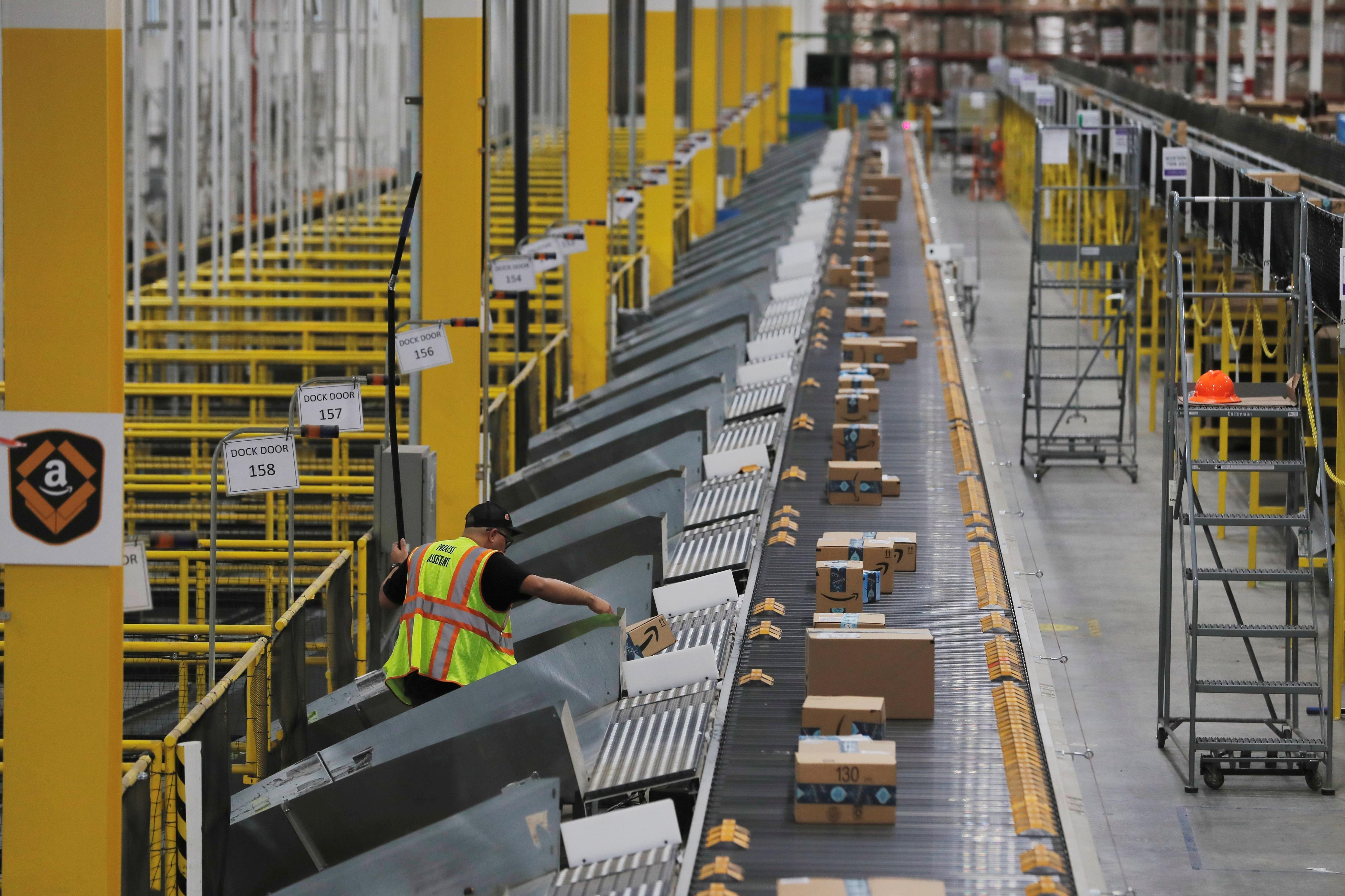 Un centro de distribución de Amazon, procesando envíos REUTERS/Lucas Jackson/File Photo