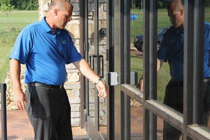 El presidente y director ejecutivo de Three Square Market, Todd Westby, muestra el uso del microchip entrando a la oficina con el suyo