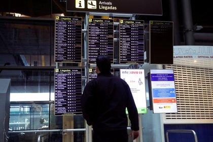 Un hombre observa los paneles de información de llegadas en el Aeropuerto Adolfo Suárez Madrid-Barajas (EFE/Emilio Naranjo/Archivo)