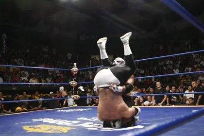 A pesar de estar prohibido, el martinete es utilizado en momentos de distracción del referee, especialmente en peleas con más de dos luchadores (Foto: Cortesía Lawagnermania's)