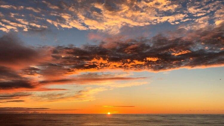 El sol sale sobre el Pacífico desde el buque de investigación Petrel a casi 200 millas del atolón Midway en las islas hawaianas del noroeste el viernes 18 de octubre de 2019. (Foto AP / Caleb Jones)