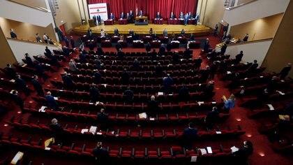 Miembros del parlamento libanés asistieron a una sesión legislativa en el edificio de la UNESCO en Beirut para permitir el distanciamiento social en medio de la propagación del coronavirus (REUTERS / Mohamed Azakir)