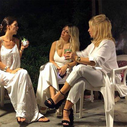 Zaira y Wanda, charlando con su madre Nora