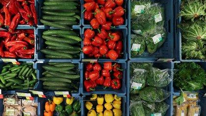 Cajas con vegetales en una tienda especializada en comida orgánica y productos naturales en Halle, Bélgica, el 12 de mayo de 2020. REUTERS/Yves Herman