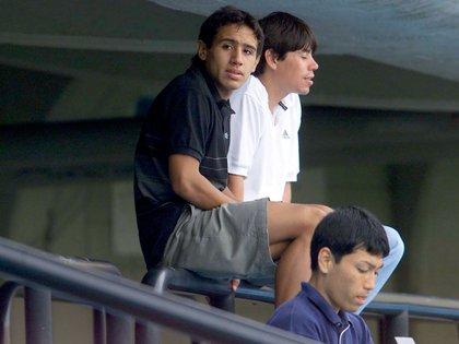 Cristian Riquelme viendo a su hermano Román en un entrenamiento de Boca a fines de 2001 (Foto Baires)