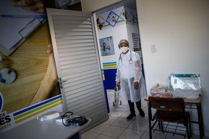 Una trabajadora de la salud que integra un equipo de profesionales del Distrito Sanitario Especial Indígena (DSEI) de Manaos acondiciona la zona de atención, el 5 de febrero de 2021, en el municipio de Autazes, estado de Amazonas (Brasil). EFE/Raphael Alves