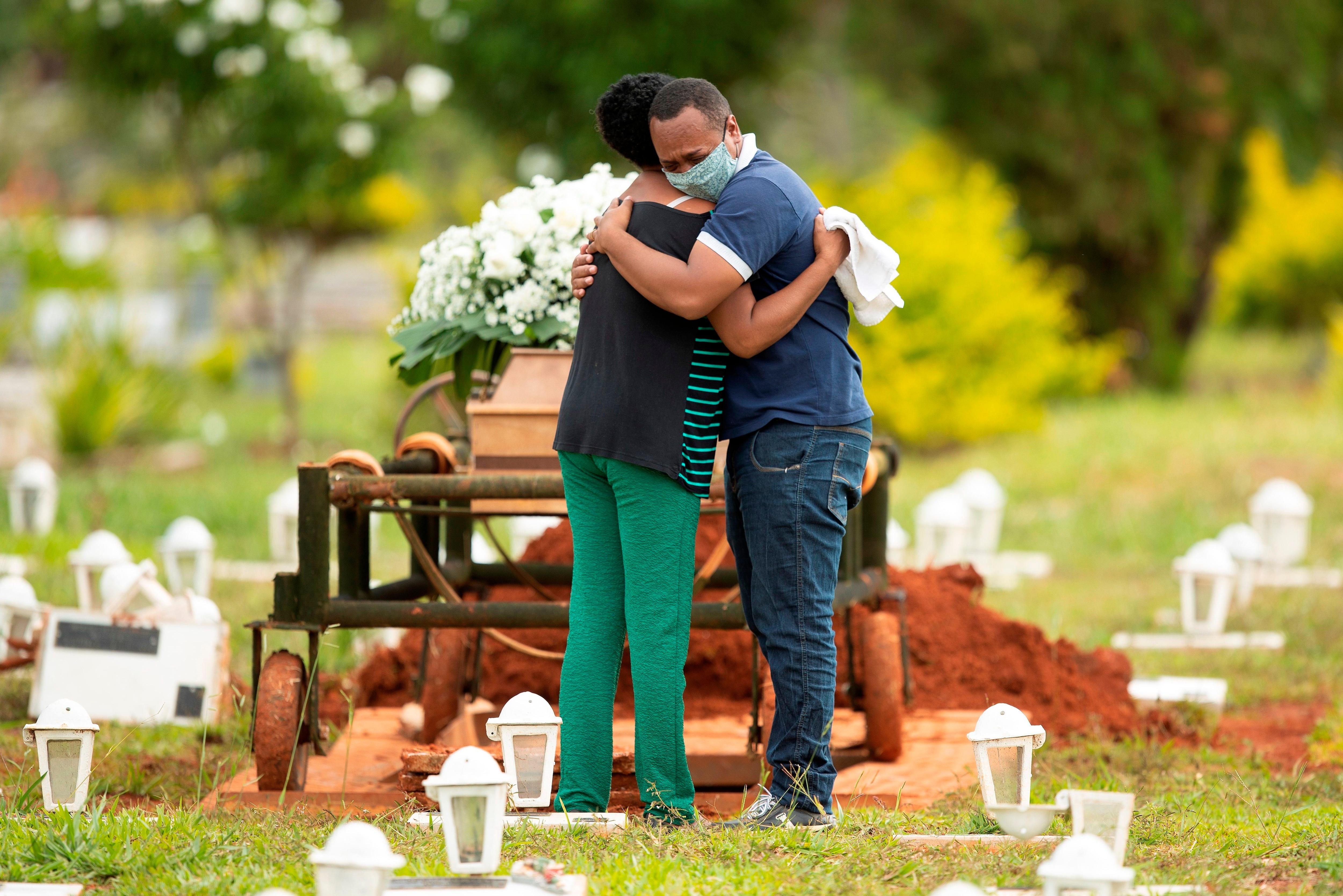 Un epidemiologo advirtió que el rastreador mostró decenas de miles de muertes más de las esperadas, aproximadamente un 25% más que la cifra oficial de muertes por COVID-19 (Reuters)
