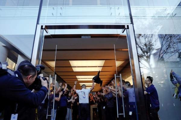 El primer cliente ingresa en una tienda deBeijing, China (REUTERS/Damir Sagolj)
