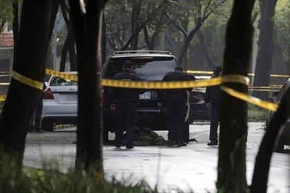 Agentes de policía cerca de un vehículo después del atentado contra el secretario de seguridad pública de la capital mexicana, Omar García Harfuch, en la Ciudad de México. (Foto: REUTERS / Henry Romero)