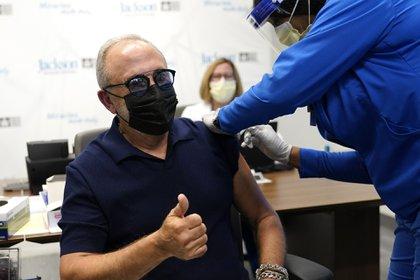 El producto musical Emilio Estefan, de 67 años recibe la vacuna de Pfizer-BioNTech contra COVID-19 en el Jackson Memorial Hospital, de Miami. (AP Photo/Lynne Sladky)