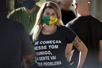La militante conservadora Sara Winter ya fue arrestada por ataques a la democracia en Brasil y alentó el hostigamiento a la niña de 10 años. EFE/Joédson Alves/Archivo