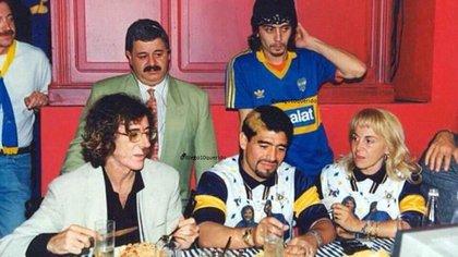 Charly García, Tití Fernánez, Diego Maradona y Claudia Villafañe reunidos en la mesa. Foto: @Diego10Querido