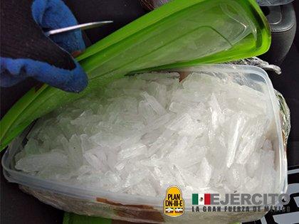 Decenas de recipientes con metanfetamina fueron decomisadas al sur de Caborca (Foto: Sedena)