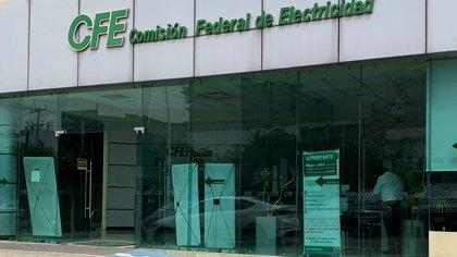 Vista exterior de una sucursal de la Comisión Federal de Electricidad (CFE) hoy, en Ciudad de México (México). EFE/ José Pazos