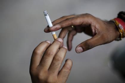 El compartir cigarrillos o el acto de llevar repetitivamente los dedos a la boca- aumenta la posibilidad de transmisión del virus /  REUTERS/Adnan Abidi/File Photo
