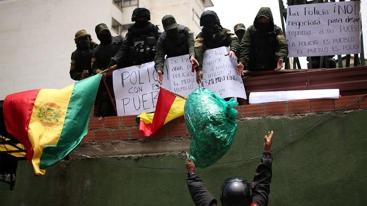 Militares y policías se unen a las protestas contra Morales (Reuters)