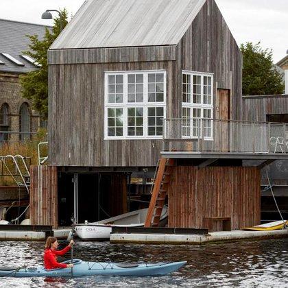 En KAJ Hotel, se obtiene el encanto de hospedarse en una casa flotante combinado con el diseño escandinavo y la comodidad de hospedarse en un hotel. Es la esencia misma del hygge danés