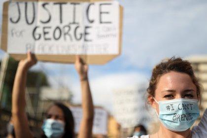 Personas con mascarillas durante una protesta contra la muerte bajotodia policial de George Floyd en Minneapolis, frente a un consulado de Estados Unidos, en Barcelona, España, el 1 de junio de 2020. REUTERS/Nacho Doce
