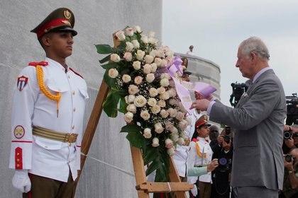 Carlos, príncipe de Gales, durante una ceremonia para colocar una ofrenda en el monumento a José Martí (REUTERS/Alexandre Meneghini)