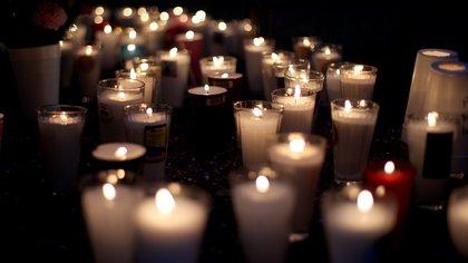 En fotos: con veladoras, pancartas y rezos, honran a víctimas del accidente de Línea 12 del Metro