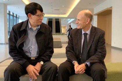 El científico chino Ji Weizhi, coautor principal del estudio, y el español Juan Carlos Izpisua. INSTITUTO SALK