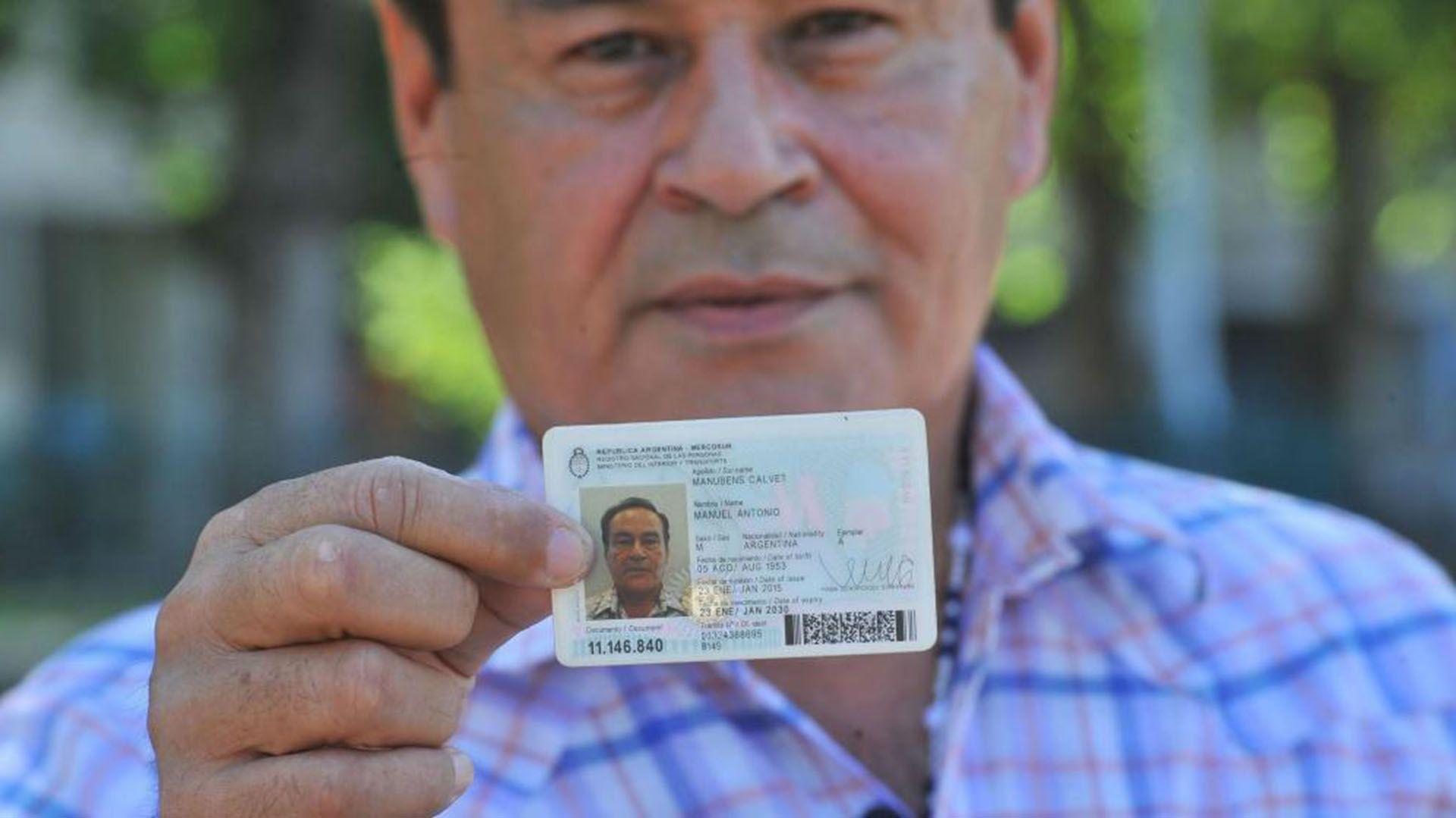 Manuel Antonio Maidana, con su nuevo documento como Manubens Calvet. Siempre dijo que era su hijo, pero nunca se acreditó