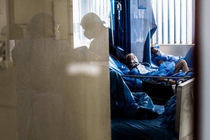 Trabajadores de la salud atienden a un paciente contagiado con coronavirus en el Hospital Sabogal de El Callao, en Lima (Perú). EFE/ Sergi Rugrand/Archivo
