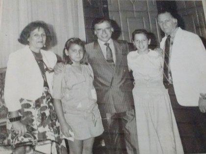 Con los Flores y sus hijas cuando ya era presidente