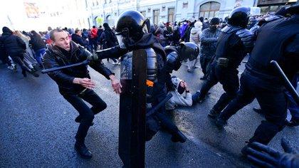 La policía reprimiendo en la ciudad de Vladivostok (Pavel KOROLYOV / AFP)