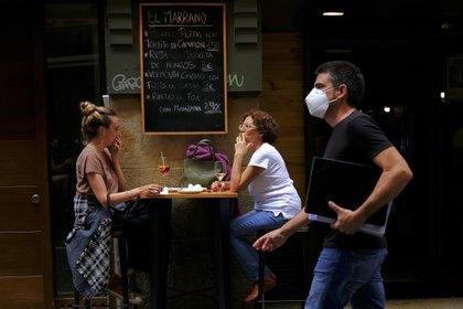 Personas en una calle de Pamplona, España, el 17 de agosto del 2020. . (AP Photo/Alvaro Barrientos)