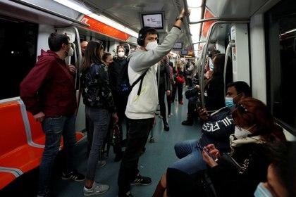 Pasajeros con máscaras faciales viajan en el metro de Roma, Italia. REUTERS/Guglielmo Mangiapane