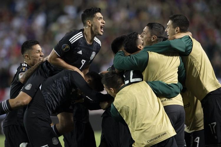 Jiménez, que asistió a Dos Santos para el gol, festeja con Jonathan y sus compañeros el tanto que significó el título de la edición 2019 de la Copa Oro (Foto: EFE)