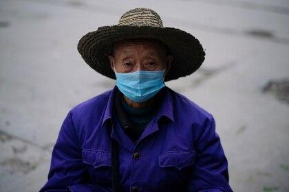Un hombre utiliza barbijo en Jingzhou, provincia de Hubei, China (REUTERS/Aly Song)
