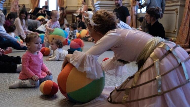 El piso del Salón Dorado recubierto de una colchoneta de plástico y un montón de almohadones y juguetes para los espectadores (Adrián Escandar)