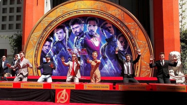 Chris Hemsworth, Chris Evans, Robert Downey Jr., Scarlett Johansson, Mark Ruffalo y Jeremy Renner posan durante la ceremonia en el Teatro Chino de Hollywood este martes, en Los Ángeles