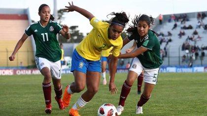 México enfrentando a Brasil durante el Mundial femenil sub-17 en Uruguay, donde fueron subcampeonas (Foto: Especial)