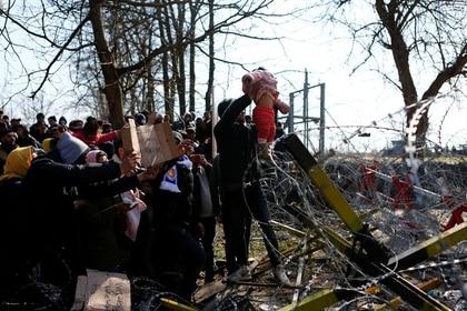 Migrantes esperan en el cruce fronterizo entre la ciudad de Pazarkule, en Turquía, y  Kastanies, en Grecia, cerca de Edirne. 1 de marzo de 2020. REUTERS/Osman Sadi Temizel
