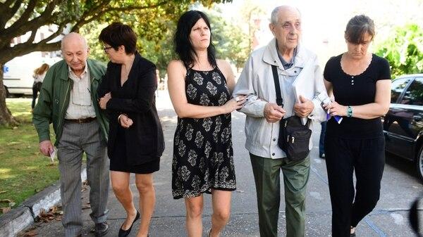 Norberto Scaglione (derecha) abandona el lugar con el sobre que contiene objetos personales de su hijo, el soldado Claudio Scaglione